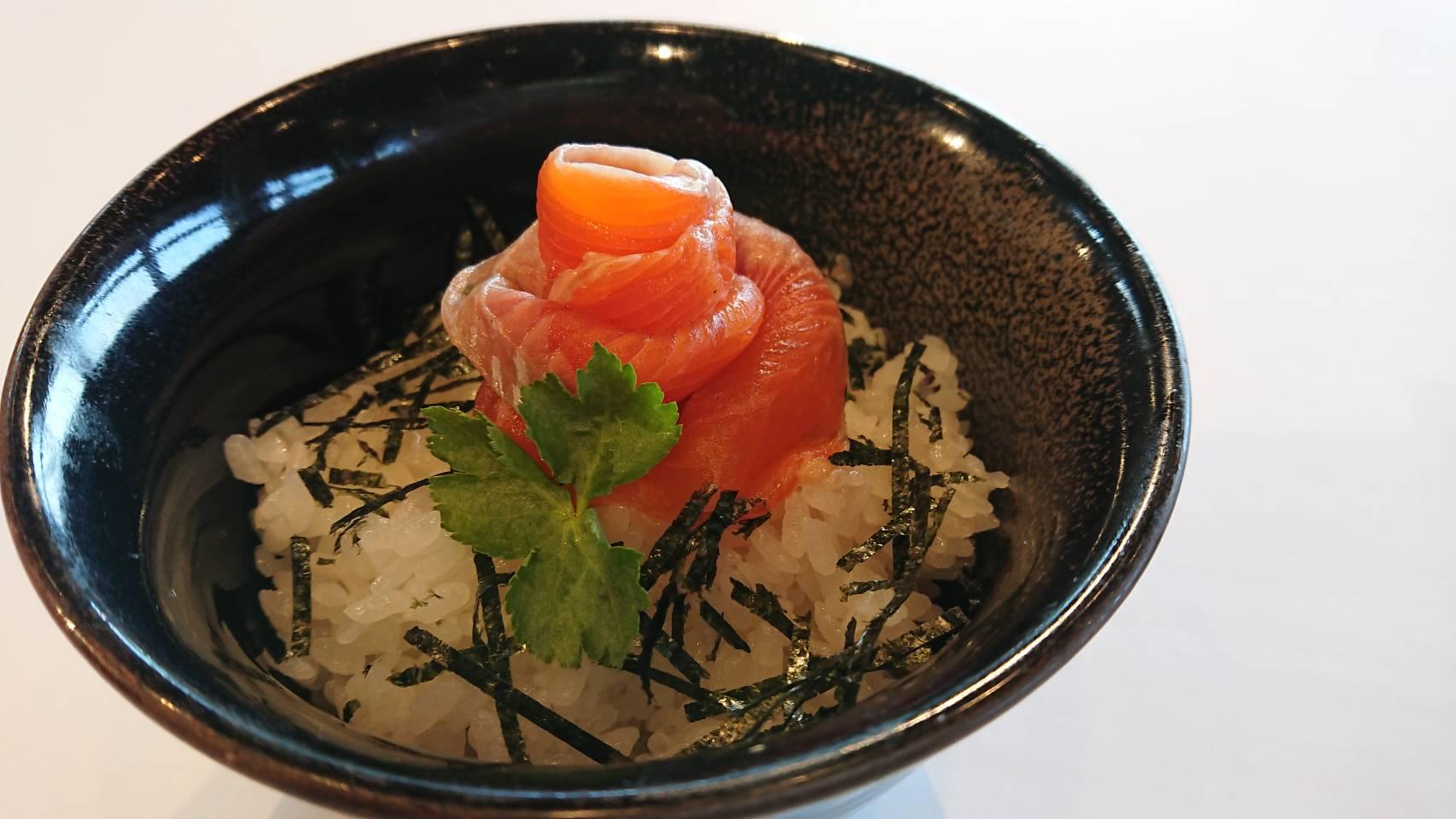 メイプルサーモン丼